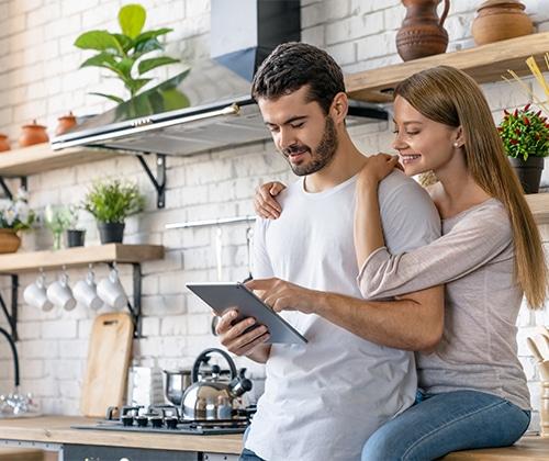 femme et homme regardant une tablette